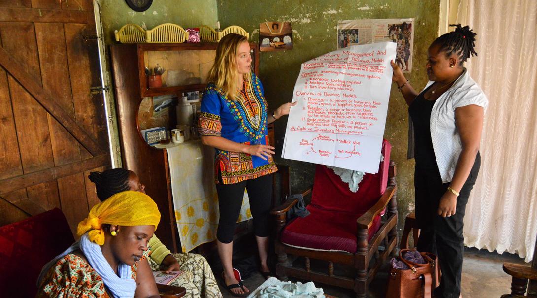 Una voluntaria enseñando sobre negocios a mujeres tanzanas.